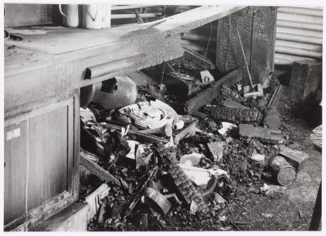 038951 - Volt. Zuid. Chemische Afdeling. Chemisch Laboratorium. In de nacht van woensdag 4 op donderdag 5 maart 1959 brak brand uit in een van de laboratorium tafels waaronder zich in een kastje kleine hoeveelheden wasbenzine en petroleum bevonden. De rookontwikkeling was enorm zodat de bedrijfsbrandweer zuurstofmaskers en de gemeentebrandweer persluchtmaskers moesten gebruiken. Binnen het uur was de brand geblust. Uit voorzorg had men in de juist daaronder gelegen Sip ruimte van de gereedschapmakerij dekzijlen over de kostbare machines gehangen zodat deze geen schade opliepen. De brand werd ontdekt door 2 ploegenwerkers uit de afd. Metaalwaren om 2 uur ´s nachts.