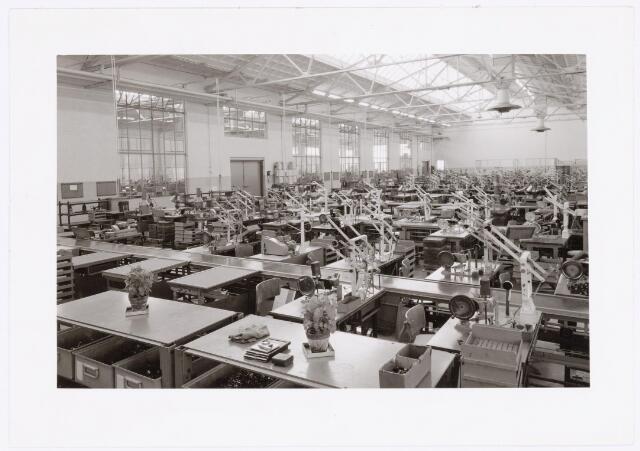 """039055 - Volt Zuid. Productie, Fabricagehal van spoelen of correctiemiddelen rond 1960 in de O hallen. De Foto is gemaakt met de """"Volt"""" Grafic View camera want op de tafel op de voorgrond liggen 2 cassettes, een objectief en de belichtingsmeter."""