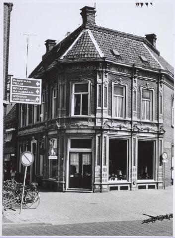 026621 - Monumentaal pand op de hoek Monumentstraat en het Stadhuisplein, gebouwd door M. C. N. Bressers.