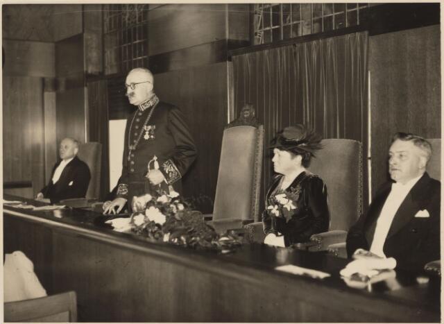 103388 - Installatie van burgemeester mr. Jan C.A.M. van de Mortel. (Tijdens zijn rede). vlnr: wethouder Scheidelaar, burgemeester van de Mortel, mevr. van de Mortel-Houben, w.n. gemeentesecretaris G. Kevenaar.