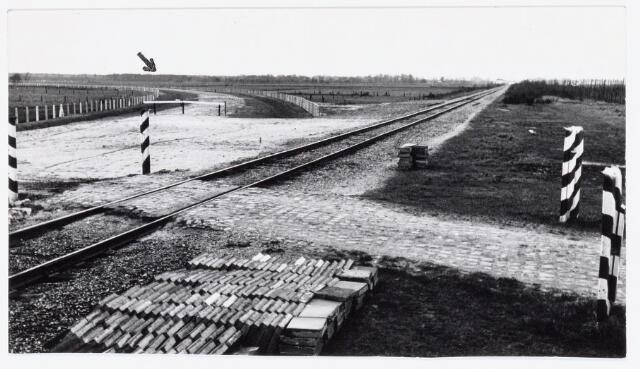 """036908 - Nederlandse Spoorwegen, NS, Belslijntje.: Het  oude """"Bels-lijntje"""" met links boven het trace van de nieuwe verbinding met Tilburg in april 1958."""