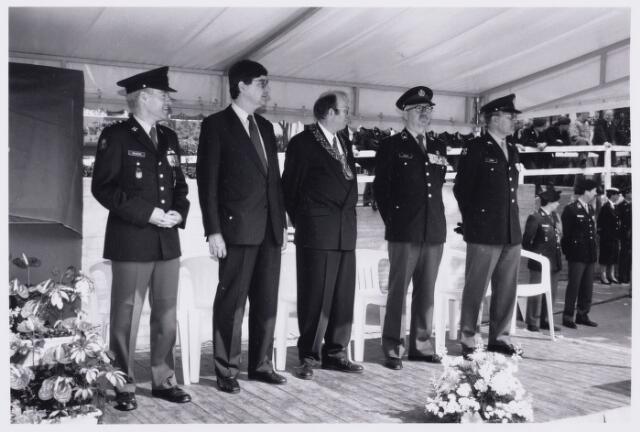 101782 - Defilé voor het gemeentehuis ter gelegenheid van het afscheid van de Willem-II kazerne met locoburgemeester Timmermans