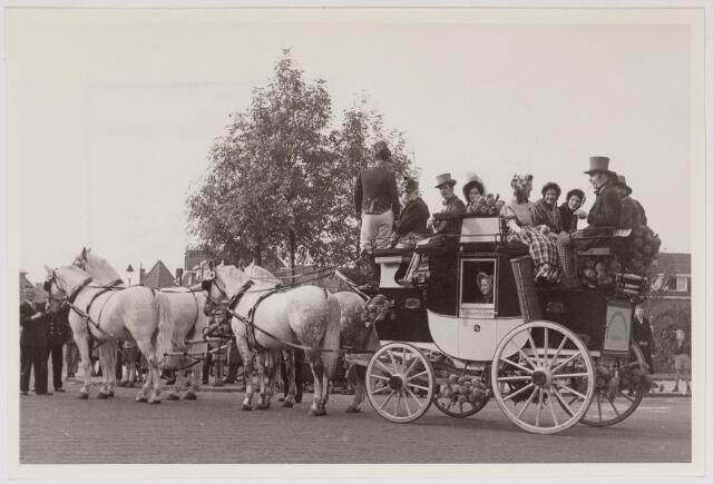 043106 - Wol- en bloemencorso b.g.v. het 10-jarig bevrijdingsfeest. Wagen van de Nederlandse Spoorwegen. De diligence uit vroeger tijden.