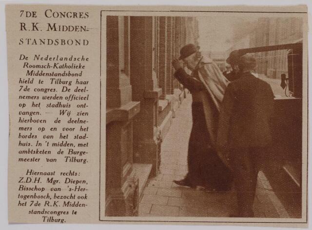 041303 - Aankomst bij de Liedertafel in de Willem II-straat van Mgr. Diepen, bisschop van 's-Hertogenbosch, b.g.v. het 25-jarig  bestaan van de R.K. Middenstandsbond afd. Tilburg reden tot het houden van het 7e congres te Tilburg.