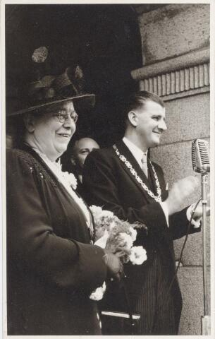 047353 - De nieuwe burgemeester, G.L. Elsen, en zijn moeder nemen de hulde van de schoolkinderen in ontvangst.