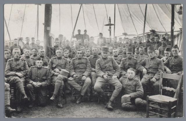 058072 - Loon op Zand, millitair kamp. Tijdens de mobilisatie 1914-1918 werd deze opname gemaakt in het tentenkamp te Loon op Zand. Hier een opname van het inwendige van deze tent.