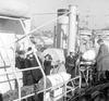 statenleden stappen op marineboot Hr. Ms. Drunen voor een vaartocht