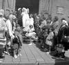 bruiloft van de schooljuf (?) met een zeeman (?) loods (?) voor de katholieke ke…