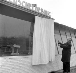 opening van het Oosterscheldebrug paviljoen door PvdA gedeputeerde van Poelje