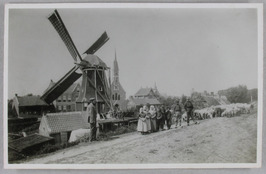 de man links op de dijk is Otto de Klijn; de eerste pastorie werd in 1885 gebouw…