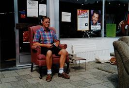 in de 2e handswinkel is ook het postkantoor gevestigd; winkelier Adrie van Minne…