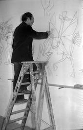 Hans Heeren maakt wandschildering in de foyer van het Ledeltheater