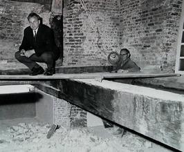 archivaris Abelman op de plaats van zijn vroegere archief in het gemeentehuis