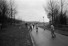Stakende bouwvakkers aan het voetballen.