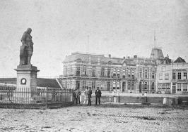 eerste plaats standbeeld De Ruyter op het De Ruyterplein aan de Nieuwendijk, in …