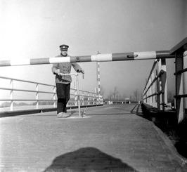 brugwachter op de brug over de Arne tussen Middelburg en Arnemuiden