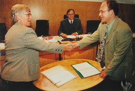 directeur mevrouw G. Huisman en gedeputeerde G. de Kok tekenen een akkoord met d…