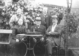 antiquair W.H. Bal (staand) en familie