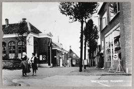 links vooraan het voormalig gemeentehuis