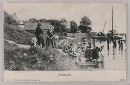 schuren van de korven; aan de kade ligt een turfschip, dat de gehele gemeente va…