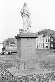standbeeld Jacob Cats; links van Jacob Cats is vishandelaar Lee van Beveren te z…