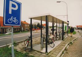 Fietsen bij een bushalte.