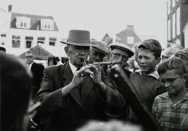 de nestor van de Nederlandse standwerkers G. Klein (Utrecht) op de Markt met kun…