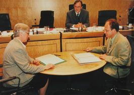 Directeur mvr. G. Huisman en gedeputeerde G. de Kok tekenen een akkoord met de Z…