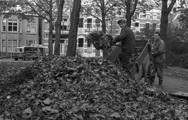 bladeren opruimen; handkar; op de achtergrond Molenwater
