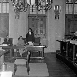 Gymnasiasten A. v. d. Boogert (midden) en M. de Reeper (zit links van hem) overh…
