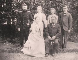 Zilveren bruiloft van Carl Louis en Helene van Woelderen-Luijken (zittend). V.l.…
