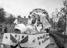 viering Koninginnedag, optocht praalwagen