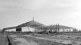 Fabriekshal (218 x 83 m, 48 stalen overspanningen) van Apparaten- en Ketelfabrie…
