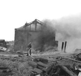 brandweer blust brand in loods