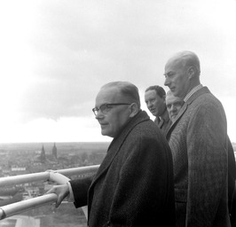 staatsecretaris Scholten (rechts), vooraan gedeputeerde Mes; zicht vanaf de wate…