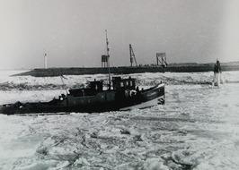 sleepboot Walcheren komt veerboot Grevelingen te hulp; ijsschotsen