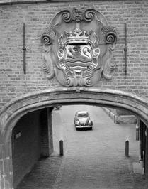 wapen van Zeeland boven Abdijpoort naar Koorkerkhof