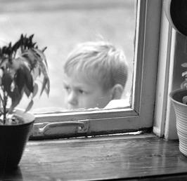kier onder het raam door verzakking van het huis