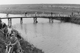 brug over afwateringskanaal  naar gemaal van Cadzand-Bad