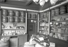 interieur tabakswinkel De rookende Moor; in 1814 begon Johannes Lagcher in het p…