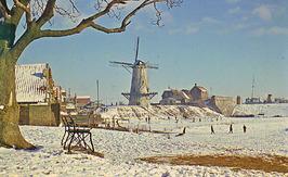 sneeuw; links de huizen van de Hoofdpoortstraat, molen  Den Haas uit 1727, daarn…
