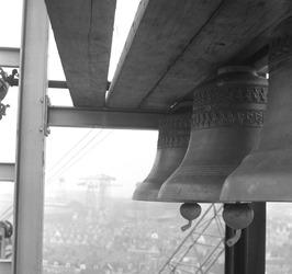 carillon wordt in de klokkentoren van het nieuwe stadhuis gehangen