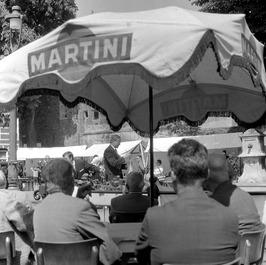opening van de kunstmarkt door burgemeester Drijber (midden)
