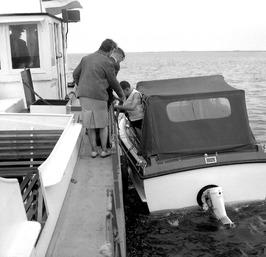 rondvaartboot (?) verleend hulp (?) aan motorbootje