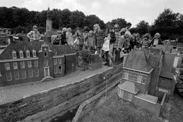 Kinderen van de Albert Cuypschool uit de Amsterdamse wijk De Pijp bezoeken Minia…