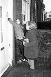 kinderen met rommelpot of koenkelpot gaan op oudejaarsdag langs de deur; koenkel…