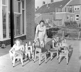 """leidster en kinderen van de nieuwe christelijke kleuterschool """"De Klim-op"""" aan d…"""