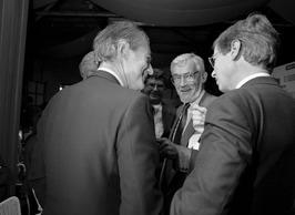 burgemeester Jaap van der Doef bij de opening TAED-fabriek bij chemiebedrijf Hoe…