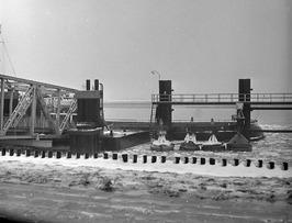de aanlegsteiger in de veerhaven; wegens zware ijsgang werd de veerdienst  per 1…