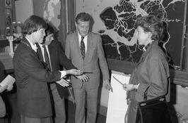 minister Neelie Smit-Kroes op werkbezoekerdam, v.l.n.r. burgemeester van Veere m…